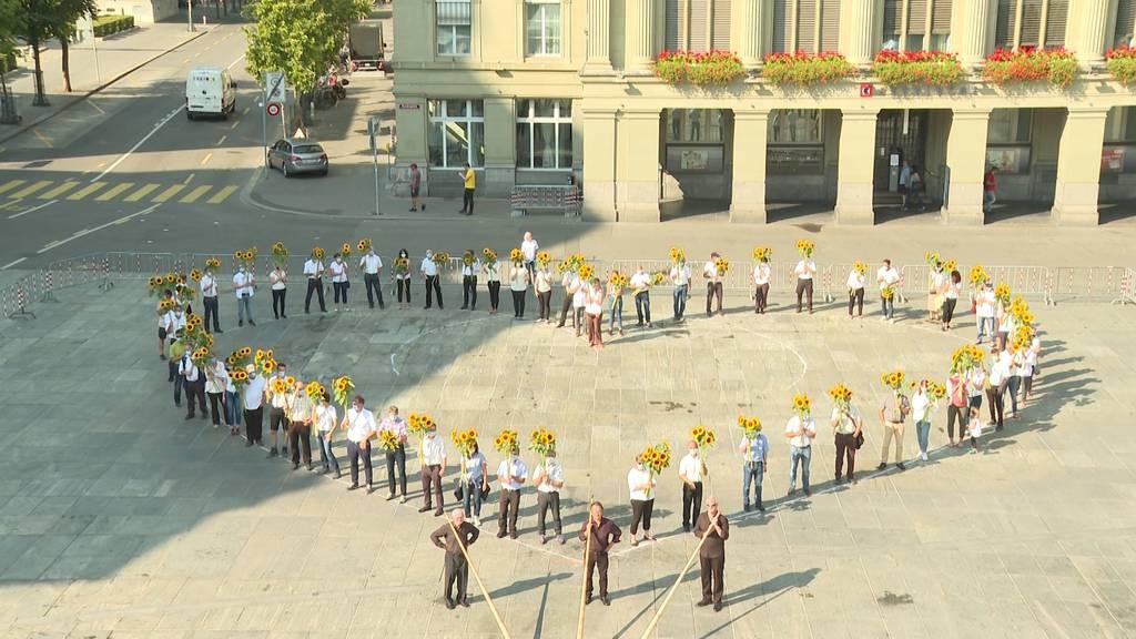 Berner Bauern bedanken sich mit Sonnenblumen-Herz