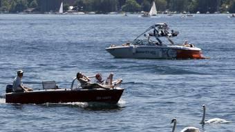 Auf dem Zürichsee ist in Bäch (SZ) ein alkoholisierter Bootsführer aus seinem Boot gestürzt. Weil er sich noch eine Weile am Steuer des Schiffs festklammern konnte, bevor er ins Wasser fiel, drehte sich sein Boot im Kreis. (Symbolbild)