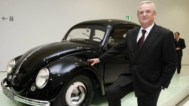 Ex-VW-Chef Martin Winterkorn vor einem VW-Käfer. (Archiv)