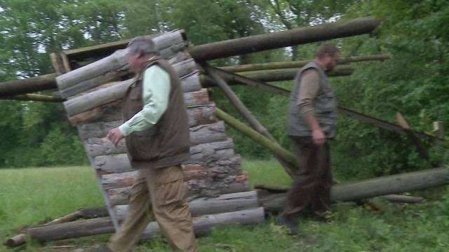 Tierschützer zerschlagen Hochsitze von Jägern