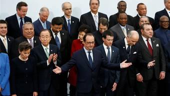 Christina Figueres (links unten), Leiterin des UNO-Klima-Sekretariats, und Frankreichs Präsident François Hollande bei der Eröffnung.Ian Langsdon/ap/keystone
