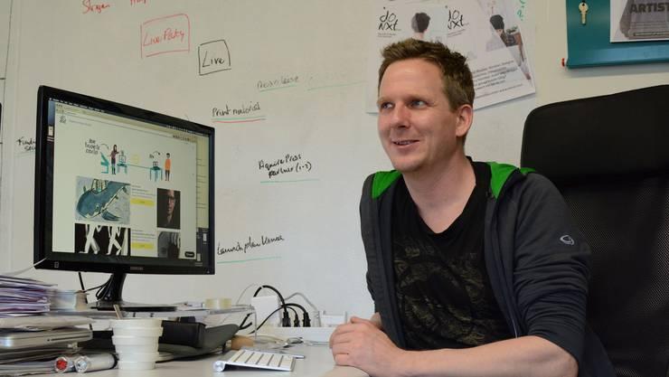 Der «Do Nxt»-Gründer und CEO Joris Straatman in seinem Büro in Schlieren – auf dem Bildschirm: Seine neue Plattform.