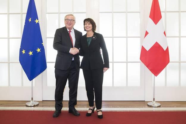 23. November 2017, Bern: Handschlag zwischen Bundespräsidentin Doris Leuthard und EU-Kommissionspräsident Jean-Claude Juncker.