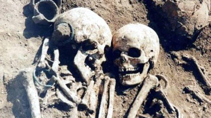 Diese Skelette liegen innig beieinander.