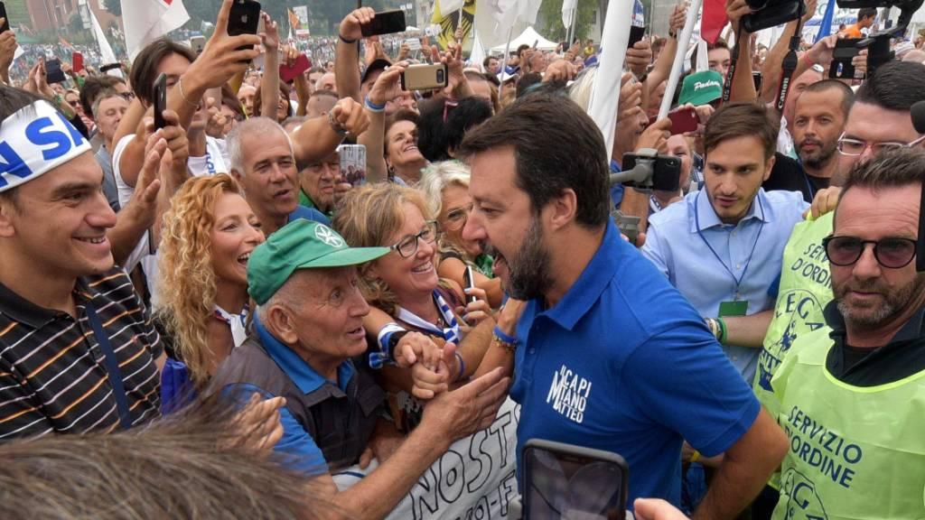 Lega-Chef Matteo Salvini am Sonntag in Pontida, umrahmt von Anhängern - er will die Politik der neuen Regierung mit Referenden torpedieren.