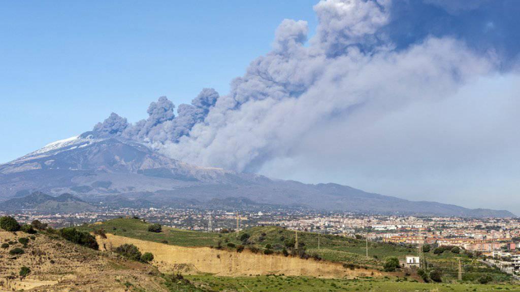 Der Ätna auf Sizilien ist wieder ausgebrochen. Europas höchster Vulkan stiess eine grosse und dichte Aschewolke in den Himmel. (Archiv)