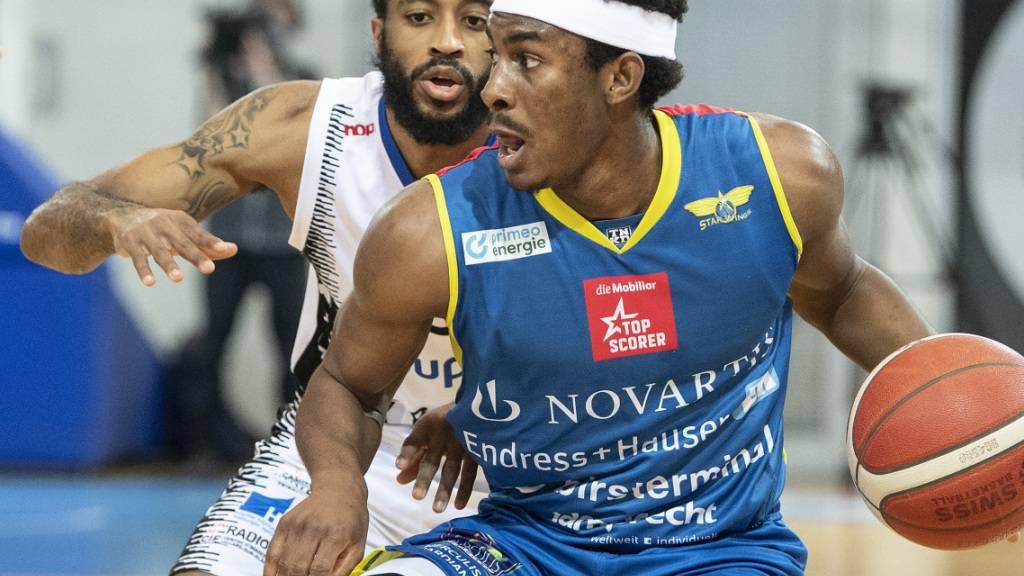 Widerstand zu gross: Deondre Burns von den Starwings Regio Basel findet kein Durchkommen gegen Fribourg Olympics Marquis Jackson