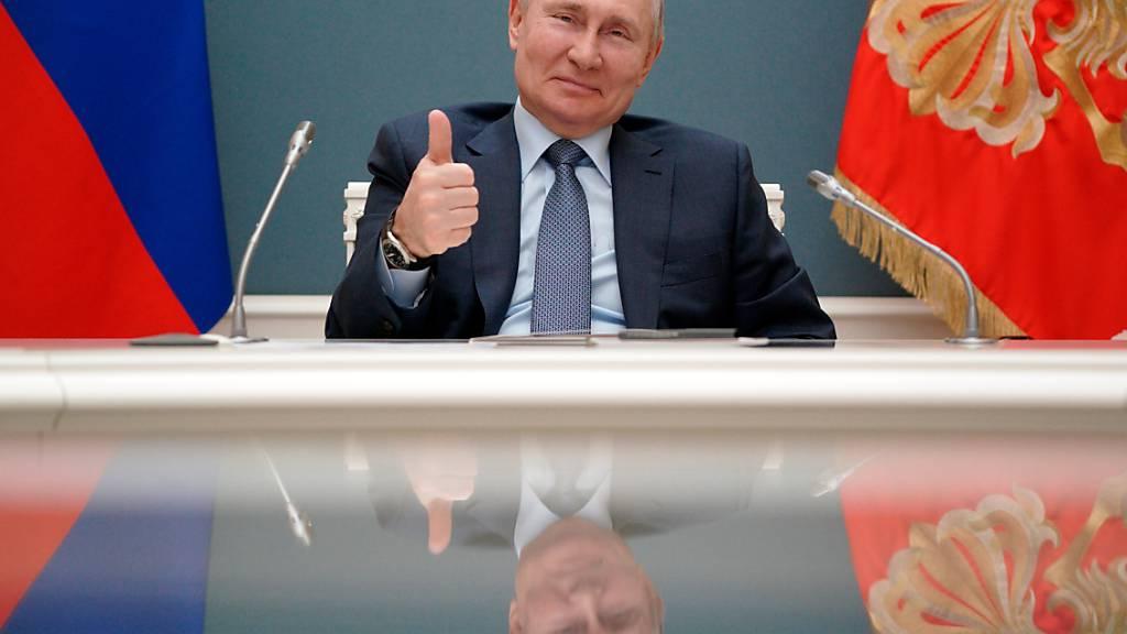 ARCHIV - Wladimir Putin, Präsident von Russland, zeigt während einer Videokonferenz mit dem türkischen Präsidenten Erdogan mit dem Daumen nach oben. Foto: Alexei Druzhinin/Pool Sputnik Kremlin/AP/dpa - ACHTUNG: Nur zur redaktionellen Verwendung und nur mit vollständiger Nennung des vorstehenden Credits