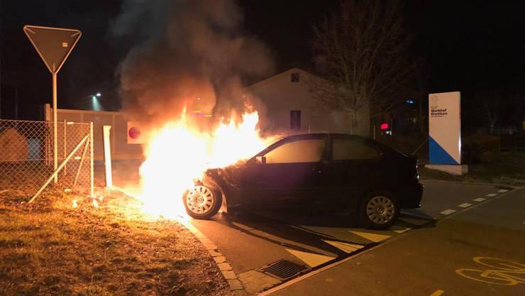 Beim kantonalen Werkhof in Dietikon  stellte der Fahrer seinen brennenden BMW ab.