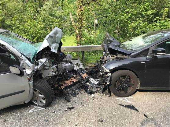 Dabei wurden sowohl der 20-jährige Unfallverursacher wie auch die Lenkerin des zweiten Autos verletzt.