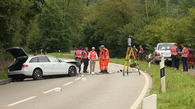 Zum Unfall kam es am Montagmorgen um zirka 9.20 Uhr. Ein 68-jähriger Autolenker war mit seinem Range Rover auf der Aathalstrasse Richtung Aathal unterwegs als er frontal mit dem Auto einer 20-Jährigen zusammenstiess.