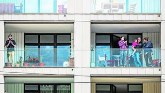 Im März sagte die Schweiz dem Pflegepersonal Danke, indem im ganzen Land auf den Balkonen geklatscht wurde.