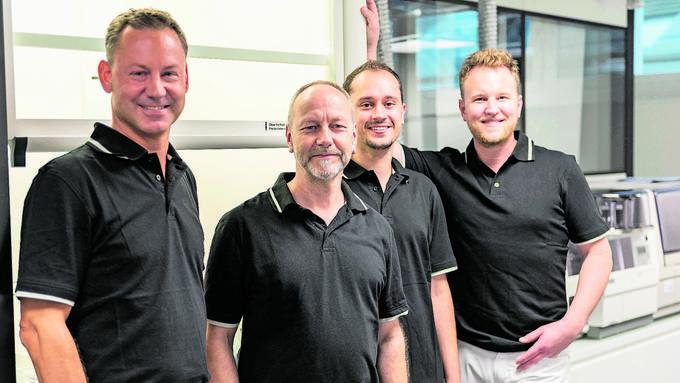 Felix Bertram (r.), Chefarzt und Inhaber Skinmed, mit Sebastian Leibl, Winfried Förderer, Dominik Walter (v.l.).