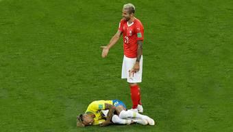 «Was soll das denn?», scheint sich Behrami zu fragen. Neymar verzieht das Gesicht.