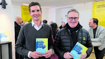 In diesem Buch stecken die Bedürfnisse der Bevölkerung: Stadtplaner Severin Lüthy und Stadtpräsident Roger Bachmann präsentierten am Samstag im Studio Dietikon den nun fertigen «Werkzeugkasten für die Freiraumentwicklung in Dietikon».