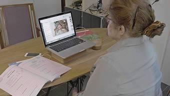 Ronja löst mit Grosstante Anne die Hausaufgaben.