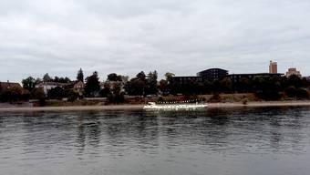 Das Kulturfrachtschiff Lorin der Künstlerin Anmari Wili wurde hier auf dem Bild mit Photoshop an die Römergasse platziert.