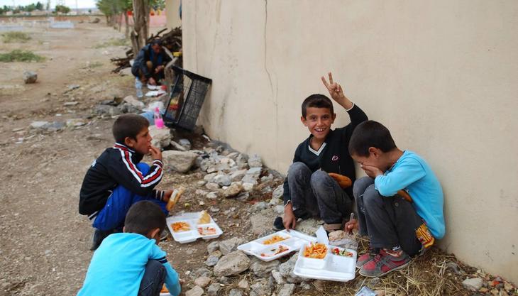 Kinder verpflegen sich in Çaykara. In den Grenzdörfern werden täglich drei Mahlzeiten gratis verteilt.