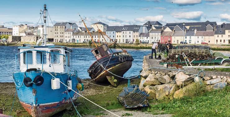 Sitzen auf dem Trockenen: Die Fischerboote warten in der Bucht von Galway auf ihren nächsten Einsatz.