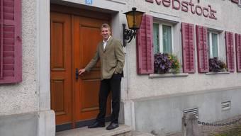 «Ich bin zuversichtlich, dass es klappt»: Gemeindeammann Daniel Suter vor der (noch) geschlossenen «Rebstock»-Türe. twe
