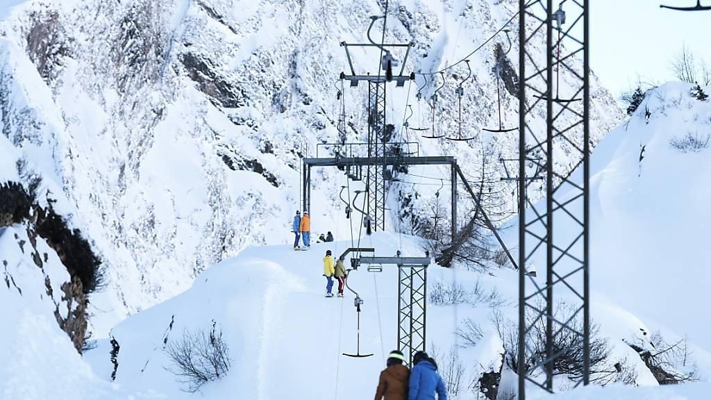 Wintersportler auf einen Skilift in der Region Airolo: Der Kanton Tessin hat seinen Skigebieten eine Betriebsbewilligung erteilt. (Archivbild)