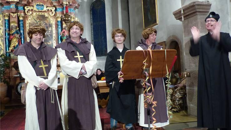 Pfarrer Christian Edringer als fröhlicher Don Christiano unterstrich im Eröffnungsgebet den Spass am Leben.
