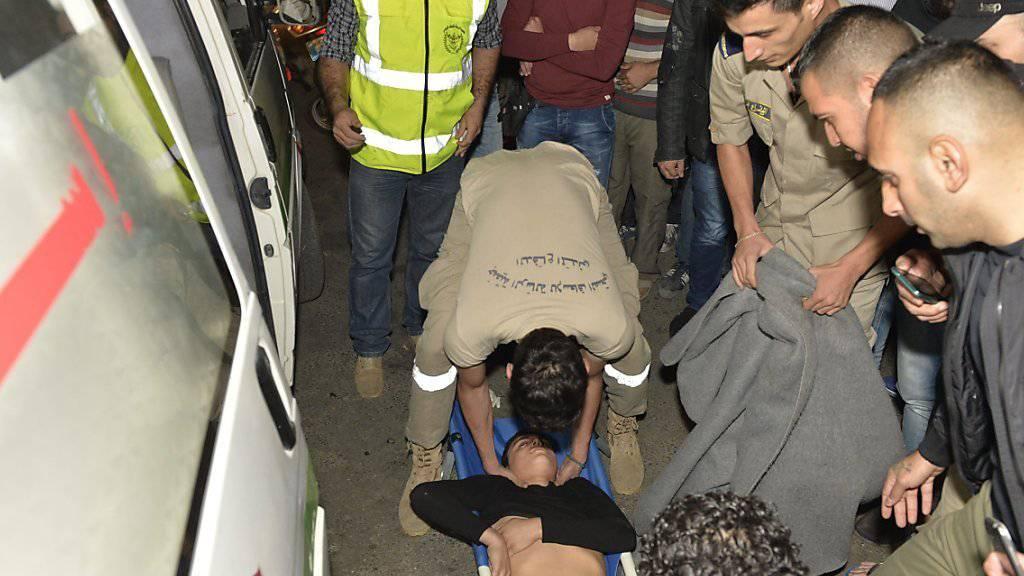Ein Schwerverletzter wir in Beirut von Sanitätern weggebracht.