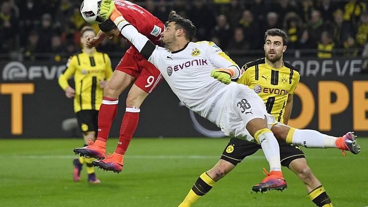 Dortmunds Schweizer Torhüter Roman Bürki verletzte sich gegen Bayern München und fällt bis Ende Jahr aus