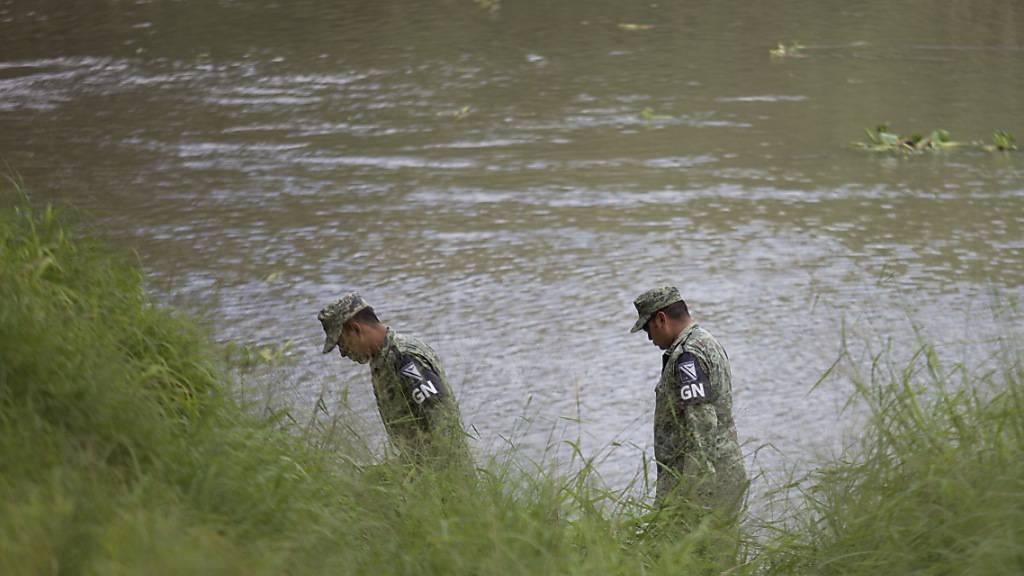 Mexikanische Soldaten retten Kleinkind aus Rio Grande