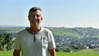 Nach 22 Jahren tritt Willy Schmid Ende Jahr aus dem Gemeinderat von Wegenstetten (im Hintergrund) aus.