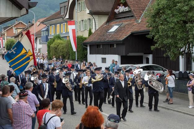Parade der MG Frohsinn Neuendorf unter der Leitung von Urs Heri