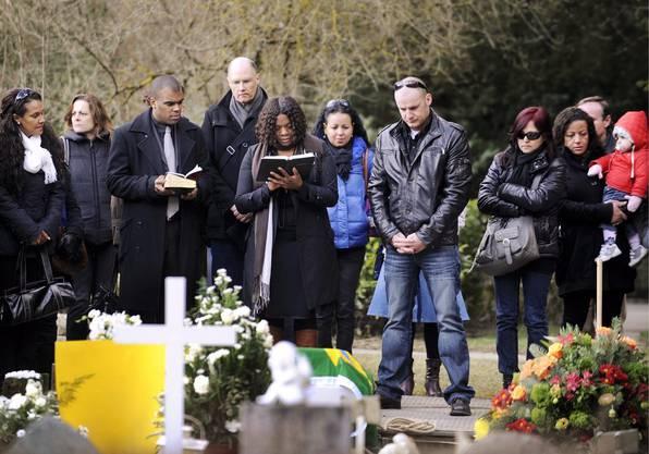 Trauergemeinde am Grab des vierjährigen Florian