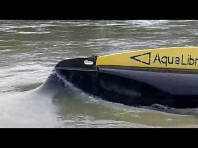«Strom Boje 3» im Einsatz: Bei Hochwasser taucht sie unter und schützt sich so vor grossem gefährlichen Treibgut.