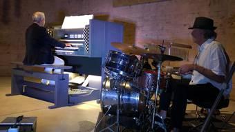 Organist Wolfgang Bolsinger und Schlagzeuger Rob Steinicke bei den Proben in der St. Martin-Kirche in Birmensdorf.