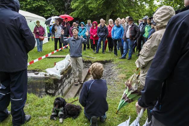 Bei den Ausführungen von Grabungsleiter Dr. Othmar Wey vergessen die Besucher den strömenden Regen.01