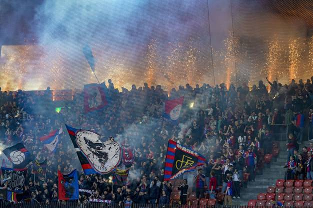 Zur Pause führt der FC Basel noch immer, das freut natürlich auch die mitgereisten Fans.