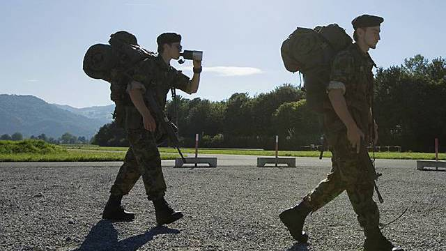 Rekruten gehen in die Kaserne