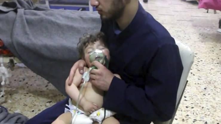 Die syrische Rettungsorganisation Weisshelme publizierte Bilder aus einem Spital in Duma, in dem die Opfer des mutmasslichen Giftgasangriffs behandelt wurden.