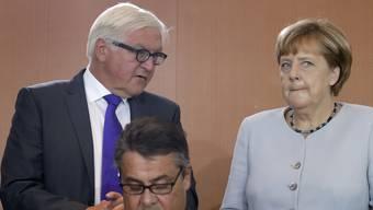 Die kandidierende Kanzlerin im Rücken: Wird der SPD-Vorsitzende Sigmar Gabriel (vorne) Angela Merkel herausfordern? (Archivbild)