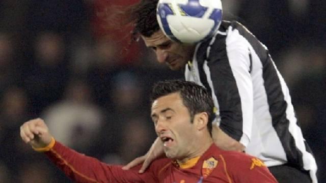 Der zweifache Juve-Torschütze Vincenzo Iaquinta gewinnt das Luftduell gegen Christian Panucci