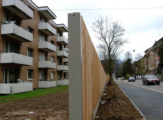 Auffallend bei den Neu- und Ausbauten sind die vielen Lärmsanierungen. Mit Baustellen ist zu rechnen in Boswil, Ehrendingen, Jonen, Leimbach, Mumpf und Unterlunkhofen. In Aarau wird die Verkehrsfernseh-Anlage im Tunnel Sauerländer erweitert. In Bünzen, Leimbach und Rupperswil wird der Gehweg ausgebaut, in Dottikon die Bahnhofstrasse saniert, in Hornussen die Entwässerung Zwimatt gebaut, in Kaiseraugst der Kreisel Wurmisweg, in Lenzburg wird beim Angelrain/Erlengut saniert.Um Kreisel geht es in Oftringen und Reinach, hier sollen auch eine Bushaltestelle und die Busbuchten beim Radweg gebaut werden. In Dürrenäsch wird der Dorfplatz umgestaltet,in Rheinfelden Park + Pool an der A3. (Lü.)