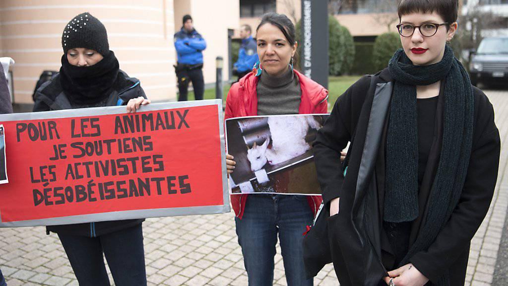 Zwei Mitglieder der militanten Tierschutz-Bewegung «269life Libération Animal Suisse» sind vom Bezirksgericht in Nyon VD zu unbedingten Geldstrafen verurteilt worden. Sie hatten 18 Ziegen vor dem Tod gerettet.