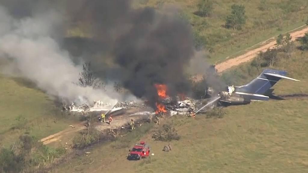 Flugzeug kommt von Startbahn ab und geht in Flammen auf
