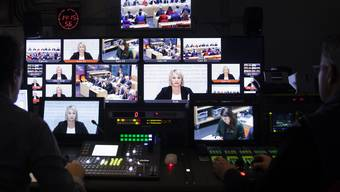 Koordination der Kameras und Nationalratskollegen Elisabeth Schneider-Schneiter (CVP) führte als Kommissionspräsidentin durch die öffentliche Anhörung.