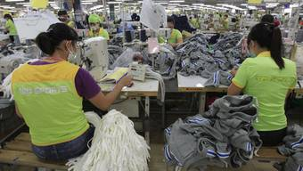 Schweizer Unternehmen sollen auch für Menschenrechtsverletzungen und Umweltschäden im Ausland haften. Im Bild: Näherinnen in Vietnam. (Archiv)