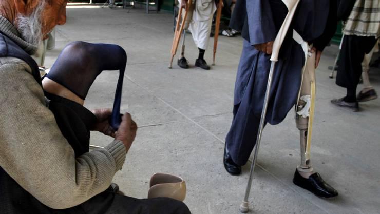 Ein älterer Afghane in Kabul beim Anziehen einer Beinprothese. Wie die UNO mitteilt, werden immer mehr Zivilisten zum Opfer der kriegerischen Handlungen in Afghanistan. (Archiv)