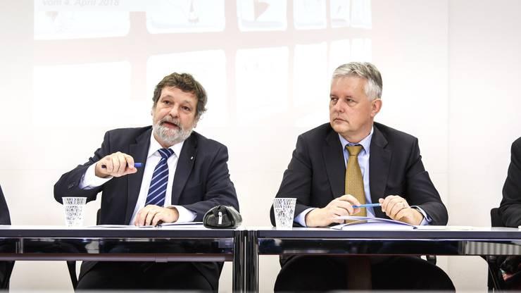 April 2018: Finanzdirektor Roland Heim erläutert die neue Steuerstrategie zusammen mit seinem Steueramt-Chef Marcel Gehrig. Ein Jahr später musste er gehen, die Öffentlichkeit soll niemals erfahren warum.