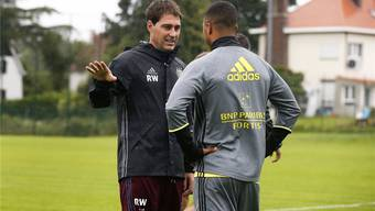 René Weiler unterhält sich während des ersten Trainings beim RSC Anderlecht mit dem Talent Youri Tielemans. Imago