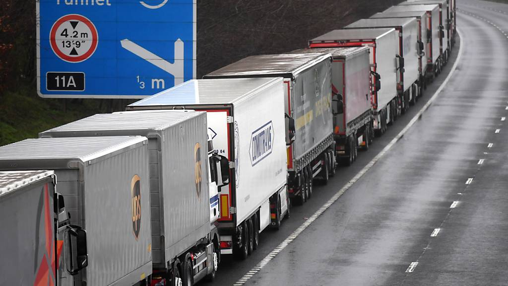 Britische Lastwagenfahrer sind Mangelware, deshalb wird jetzt ihre gesetzlich vorgeschriebene Ruhezeit gekürzt. (Symbolbild)