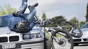 Zum Glück nur simuliert: Ein Velofahrer kollidiert mit einem Auto. Vor allem im Kreisel werden Velos oft übersehen. (Archivbild)